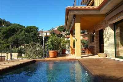 Современный дом с бассейном в курортном городке Lloret de Mar